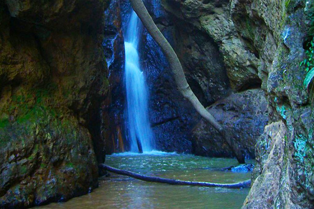 Vodopád, skákání do vody, jezírko, plavání v přírodě
