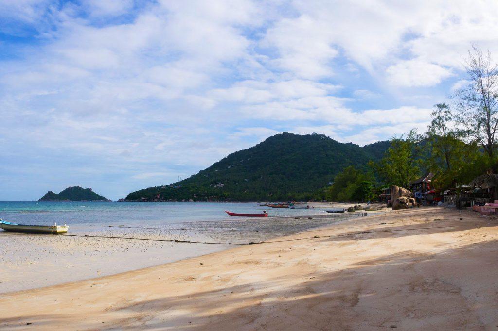 Sairee Beach, Thailand, bílá pláž, koupání v moři, bary, restaurace