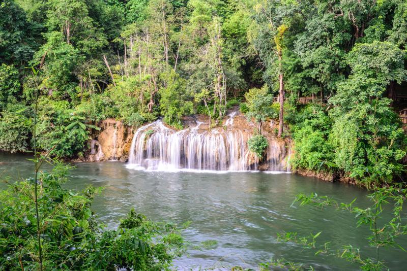 vodopády, národní park Sai Yok, vápencové skály, horský tok